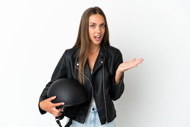 Kobieta w kasku motocyklowym wyizolowana ze zszokowanym wyrazem twarzy