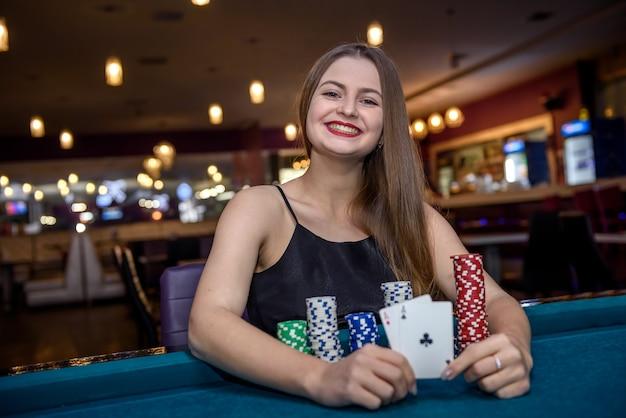 Kobieta w kasynie pokazująca kombinację asów