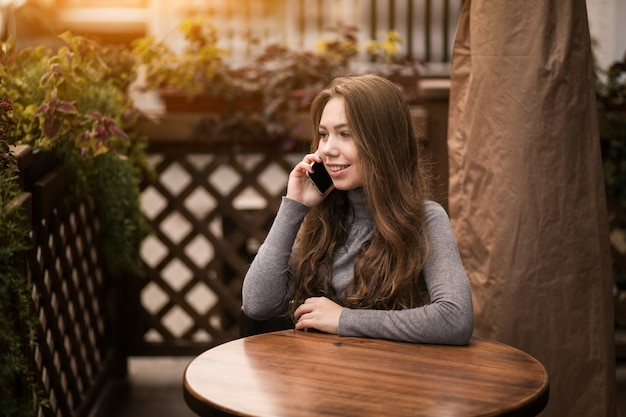 Kobieta w kawiarni z telefonem