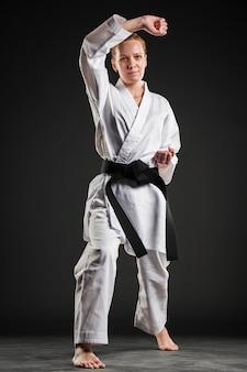 Kobieta w kimono karate pozowanie
