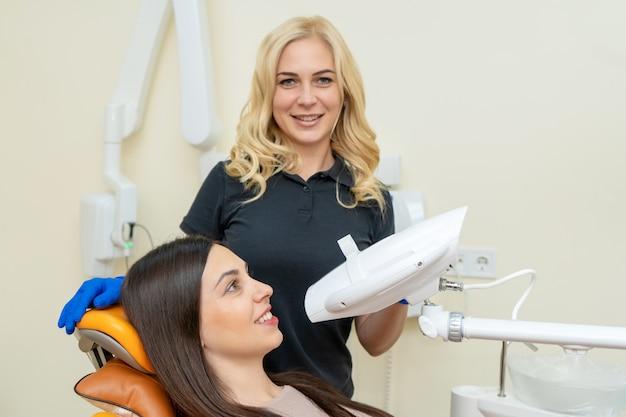 Kobieta w klinice dentystycznej z profesjonalnym wyposażeniem