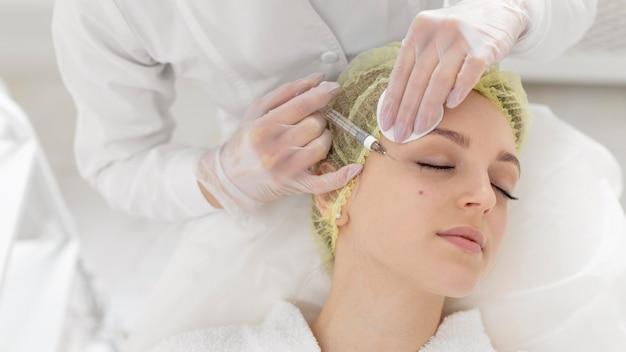 Kobieta W Klinice Kosmetycznej Do Leczenia Wypełniaczem Darmowe Zdjęcia