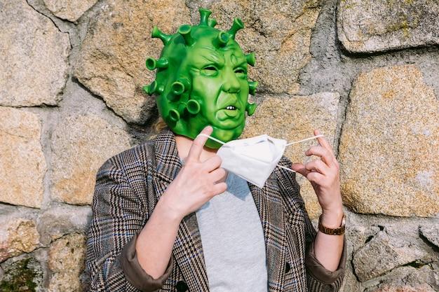 Kobieta w kostiumie - maska koronawirusa covid-19 zakładająca maskę ffp2