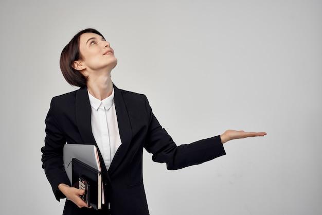 Kobieta w kostiumie z okularami pewność siebie na białym tle