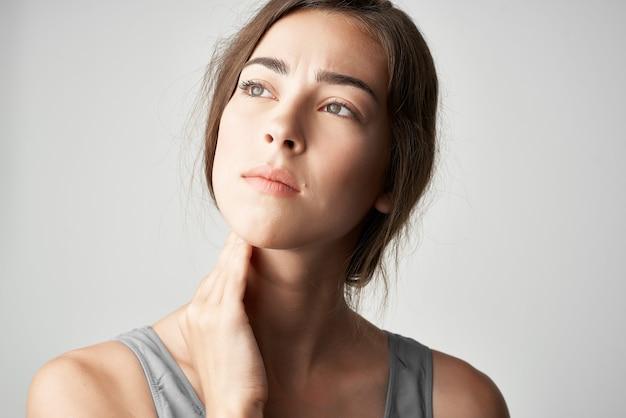 Kobieta w koszulce ból szyi problemy zdrowotne dyskomfort