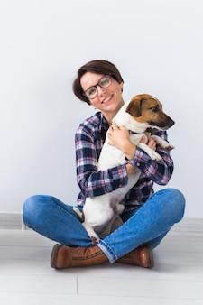 Kobieta w koszuli w kratę trzyma ulubionego zwierzaka