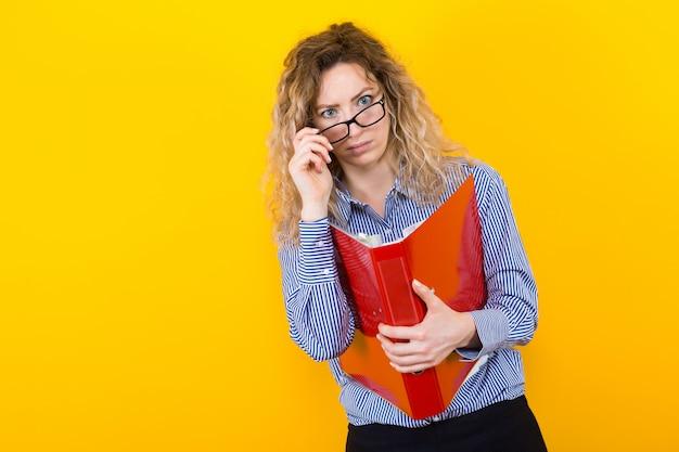 Kobieta w koszuli z dużym folderu