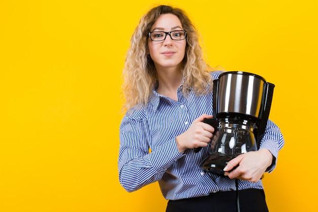 Kobieta w koszuli z ekspresem do kawy