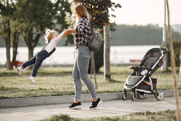 Kobieta w koszuli z komórki. rodzina na tle światła słonecznego.