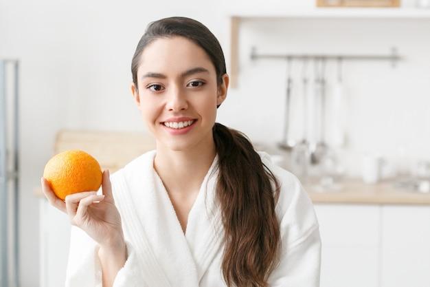 Kobieta w kuchni z owocami i inną żywnością, zdrowy styl życia, samica w domu. strzał studio.