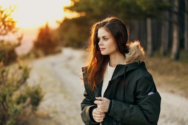 Kobieta w kurtce na charakter podróży na zewnątrz wolności