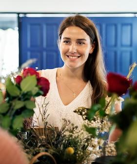 Kobieta w kwiaciarni