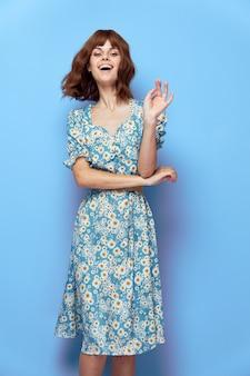 Kobieta w kwiatku radość dłoń w pobliżu twarzy sukienka krótkie włosy przycięty widok