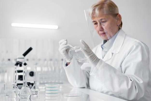 Kobieta w laboratorium robienie eksperymentów