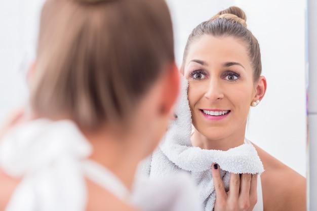 Kobieta w łazience ręcznik twarz