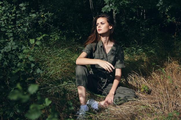 Kobieta w lesie na ziemi słońce świeże powietrze letnie wakacje