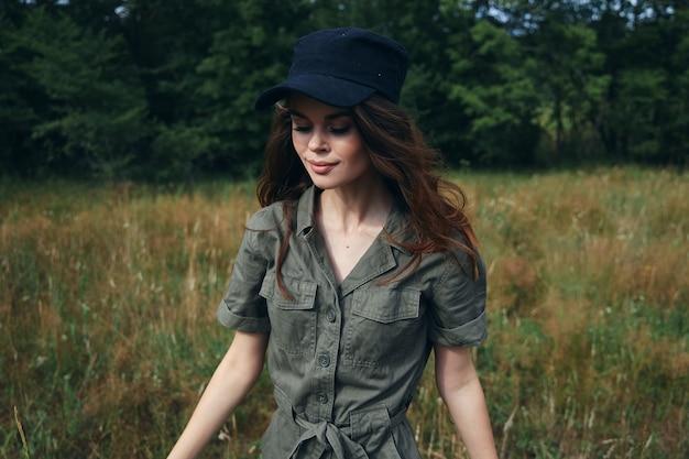 Kobieta w lesie patrząc w dół zielony kombinezon chodzić wolność świeże powietrze