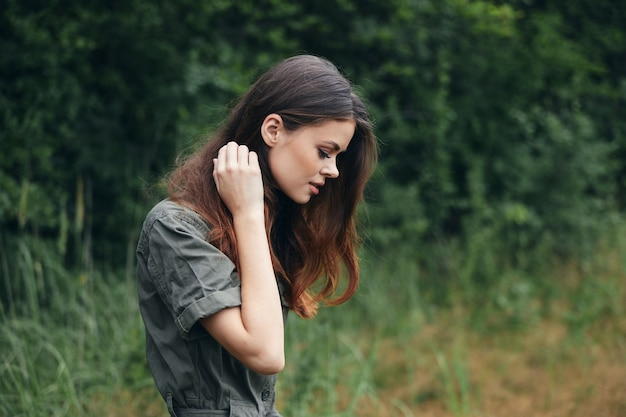 Kobieta w lesie patrzy w dół na spacer świeże powietrze styl życia close-up