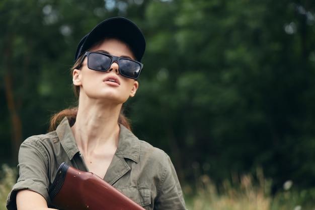 Kobieta w lesie trzymając broń