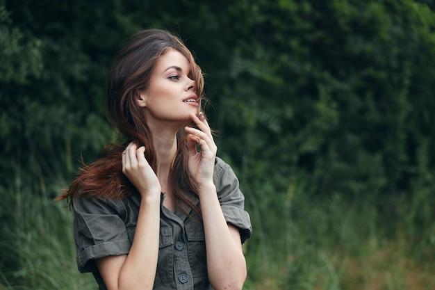 Kobieta w lesie wakacje świeże powietrze podróży przycięte widok lato close-up