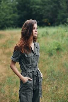 Kobieta w lesie zielone liście czerwone włosy zielony garnitur przycięty widok