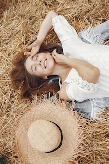 Kobieta w letnim polu. pani w białej sukni.