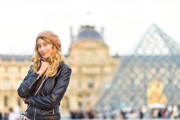 Kobieta w louvre paryż, francja