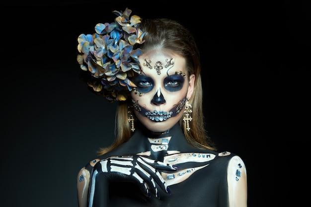 Kobieta w makijażu szkieletu