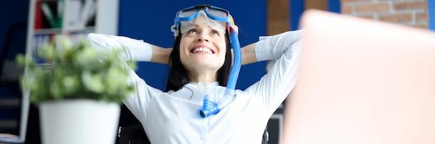 Kobieta w masce do nurkowania marzy o morzu w miejscu pracy