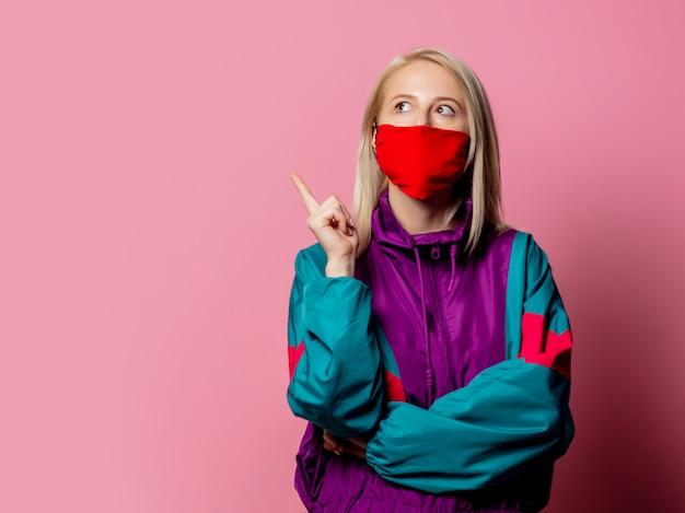 Kobieta w masce i ubraniach lat 80-tych na różowo