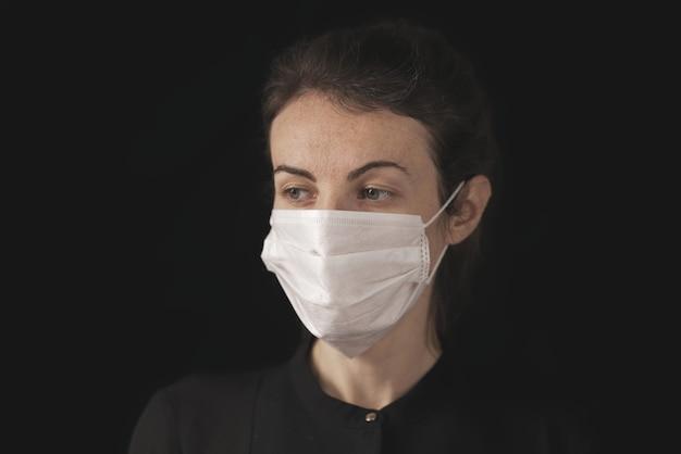 Kobieta w masce koronawirusa
