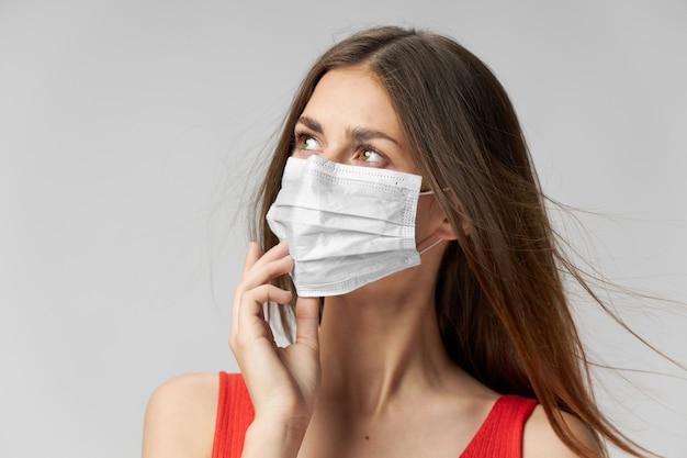 Kobieta w masce medycznej dla ochrony na białym tle