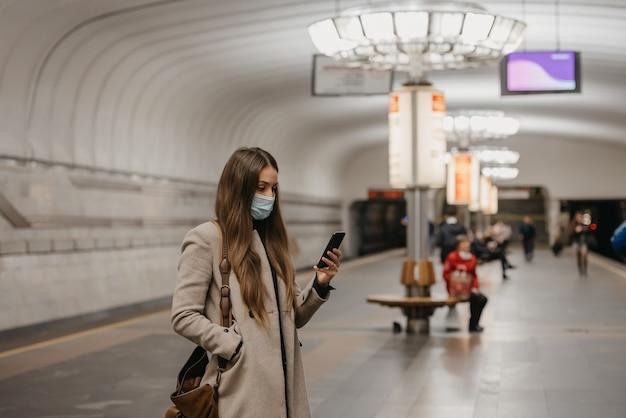 Kobieta w masce medycznej na stacji metra