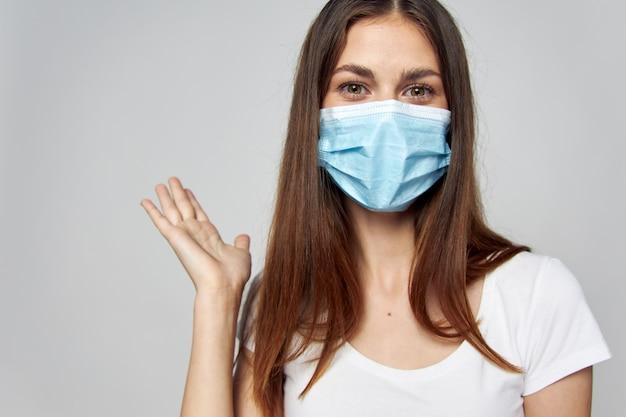 Kobieta w masce medycznej na twarzy czekamy na gest ręki