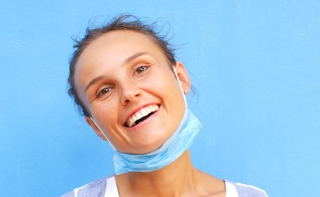 Kobieta w masce medycznej śmiejąc się