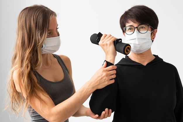 Kobieta w masce medycznej wychodząca z koronawirusa
