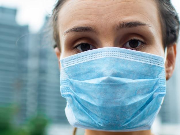 Kobieta w maskach ochronnych