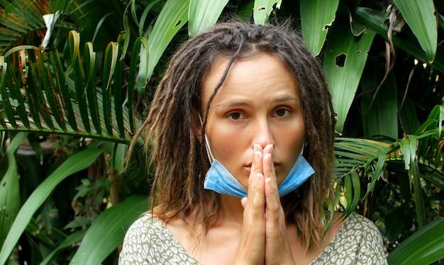Kobieta w medycznej masce w naturze