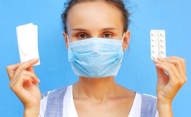 Kobieta w medycznej masce z pigułkami