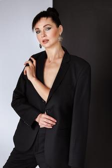 Kobieta w męskiej kurtce w studio