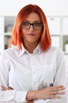Kobieta w miejscu pracy w biurze portret w prostym kolorze u? miecha