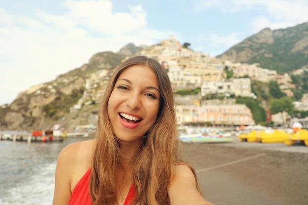 Kobieta w mieście positano na wybrzeżu amalfi we włoszech