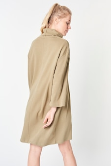 Kobieta w minimalistycznej makiecie beżowej sukienki