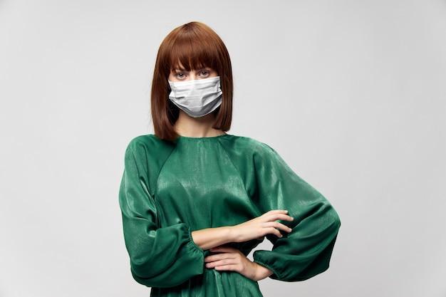 Kobieta w modnej sukni z maską medyczną