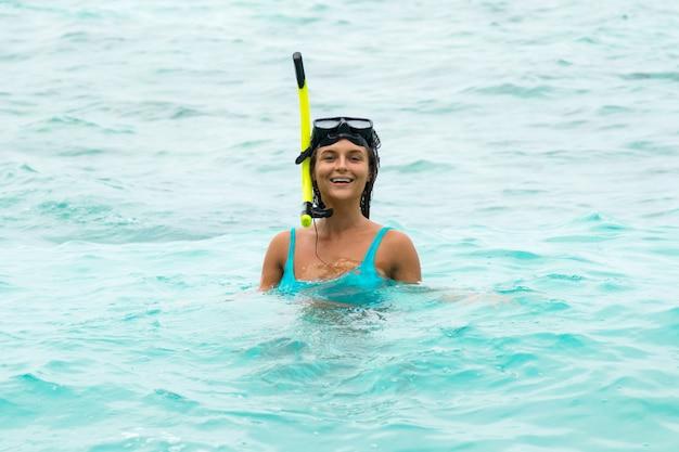 Kobieta w morzu podczas nurkowania