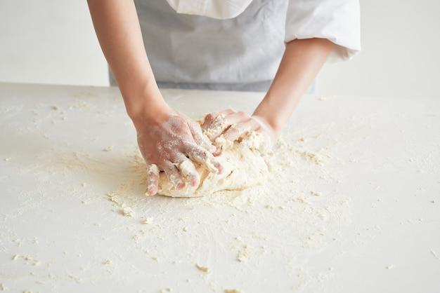 Kobieta w mundurach szefów kuchni produkty mączne toczenie ciasta praca domowa