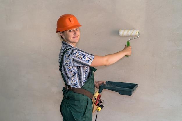 Kobieta w mundurze ochronnym z narzędziami do malowania