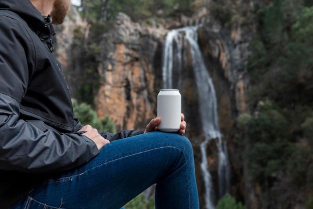 Kobieta w naturze pije z puszki