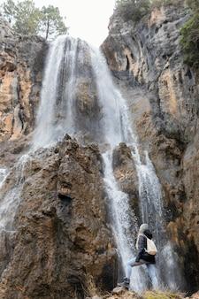 Kobieta w naturze przy wodospadzie