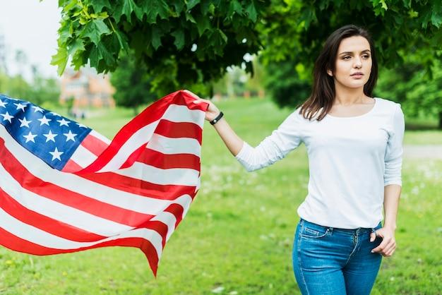 Kobieta w naturze z amerykańską flagą
